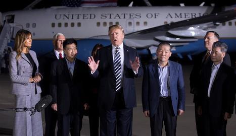 El president dels EUA, Donald Trump, rep els presos alliberats per Corea del Nord.
