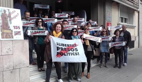 Protesta - Un grup de funcionaris lleidatans es van concentrar ahir, com cada setmana, a l'Alberg de Joventut de Lleida per mostrar el rebuig al 155 i exigir la posada en llibertat dels polítics empresonats i la restitució del Govern.