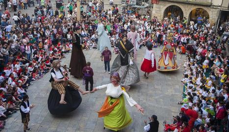 Un moment del ball que van protagonitzar ahir els gegants a la plaça Major de Tàrrega en el marc de l'Eixideta.