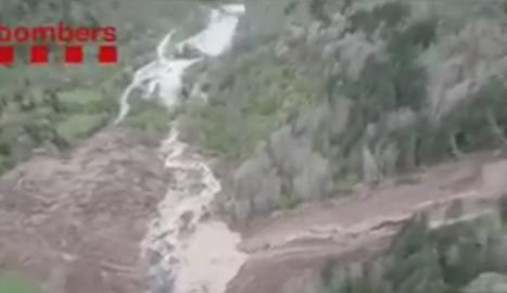 VÍDEO. Una espectacular esllavissada a Arties afecta uns 400 metres de camí