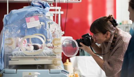 invisibles. Els fotògrafs voluntaris han de ser invisibles i no intervenir gens en els moments que es viuen a Neonats.