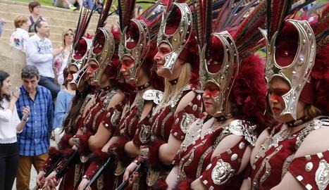 balls. La desfilada del diumenge a la tarda és un gran espectacle de color, música i vestuari.