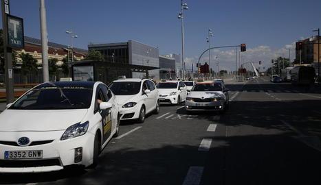 Imatge de la parada de taxis de l'estació de Renfe, amb alguns dels vehicles híbrids.