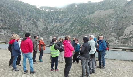 Els participants a la visita a la presa de Sallente.