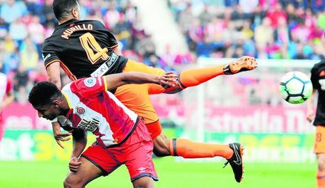 El gironí Lozano pugna amb el valencianista Murillo.