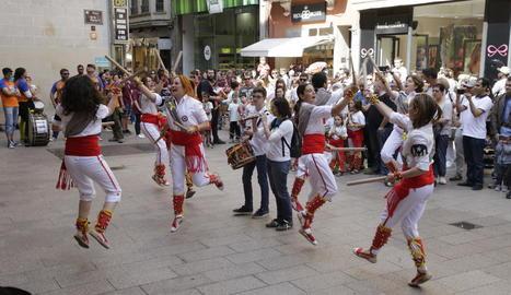 La percussió i els nens, protagonistes, de l'activitat 'Fem ballar els Gegants!'.