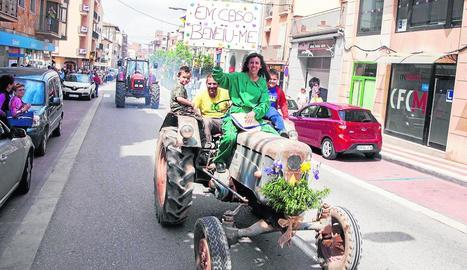 La desfilada va incloure un comiat de soltera en què la nòvia, sobre el tractor, demanava la benedicció.