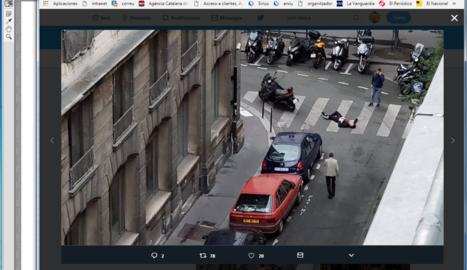 Un individu jau a terra, ahir, durant l'atac a París.