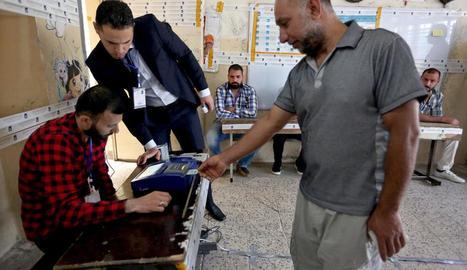 Un iraquià votant en un centre de Bagdad.