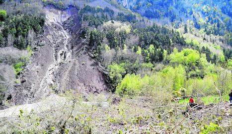 La carretera C-13 a Camarasa, tallada pel granís.