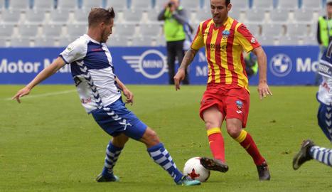 Els jugadors del Lleida van anar a saludar, al final del partit, els aficionats que s'havien desplaçat fins a la Nova Creu Alta de Sabadell.
