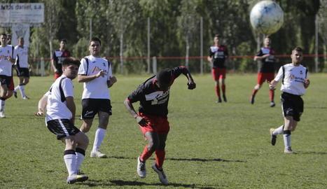 El vent va deslluir el partit entre el Vallfogona i el Linyola, que va acabar en empat (1-1).