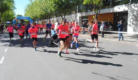 Un grup de participants durant els primers metres de la carrera.