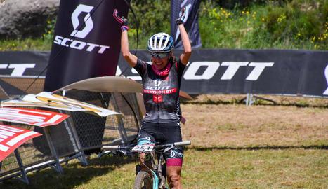 La ciclista de Ponts Ramona Gabriel, en el moment de creuar la línia de meta.