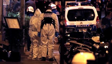 Policies gals investiguen el lloc de l'atac durant la matinada de dissabte a diumenge a París.