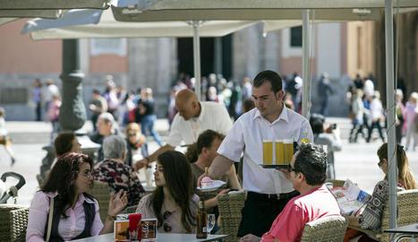 El turisme incrementa la contractació en el sector serveis, per exemple de cambrers.