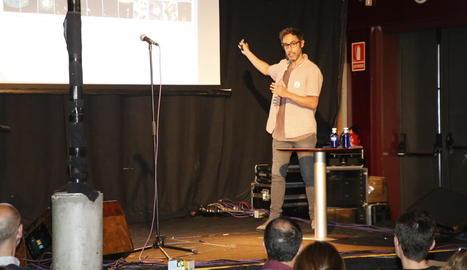 L'investigador Hugo Gonzalo va abordar ahir 'la paradoxa de l'oxigen' al Cafè del Teatre.