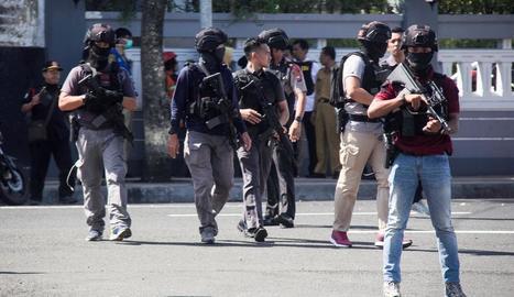 Agents armats als voltants de la comissaria atacada a Surabaya, ahir.