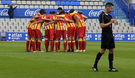 Els jugadors del Lleida, conjurats diumenge passat abans de l'inici del partit a Sabadell.