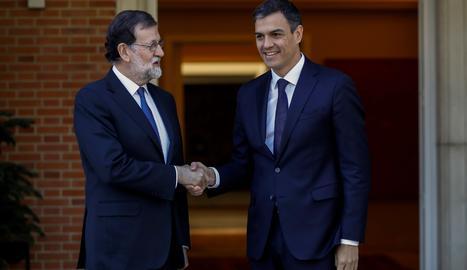 Rajoy y Sánchez se saluden abans de reunir-se a la Moncloa.