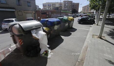 Imatge d'una illa de contenidors a Balàfia.
