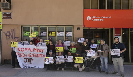Un moment de la concentració organitzada ahir davant de la seu de Treball a Lleida.
