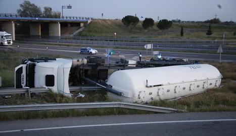 El camió, carregat amb panís, va bolcar després de sortir de l'A-2 per enllaçar amb la carretera de Corbins.