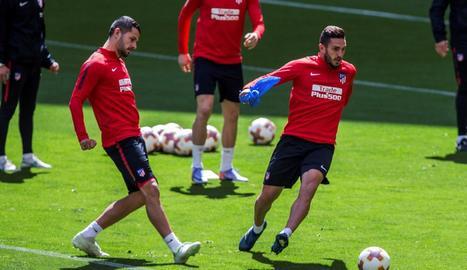 Jugadors de l'Atlètic de Madrid, durant un entrenament previ a la final que juguen avui.
