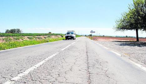 L'estat actual de la via és molt insegur i ple de clots.