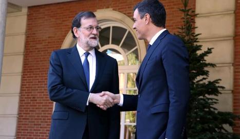 Mariano Rajoy i Pedro Sánchez se saluden a les portes de Moncloa abans de la reunió.