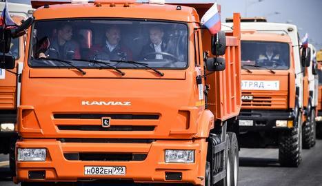 Vladímir Putin obre el pont al volant d'un camió.