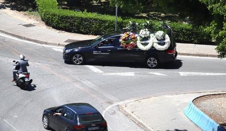 Cotxe fúnebre que va traslladar ahir les restes mortals del petit mort a Algesires.