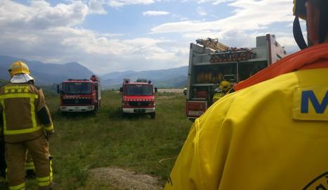 Els serveis d'emergència, al lloc on s'ha estavellat l'ultralleuger.