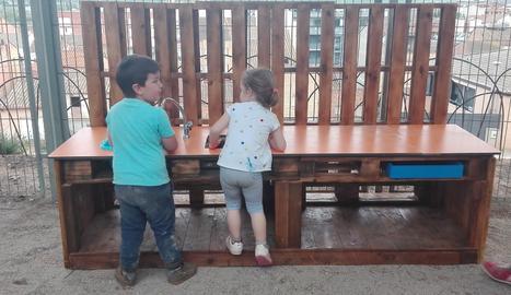 Els nens exploren els nous racons de joc del pati.