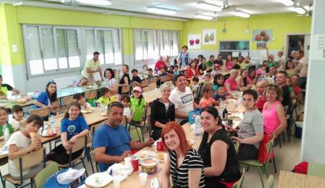 Durant la jornada, alumnes, pares i comunitat educativa van fer un dinar de germanor.