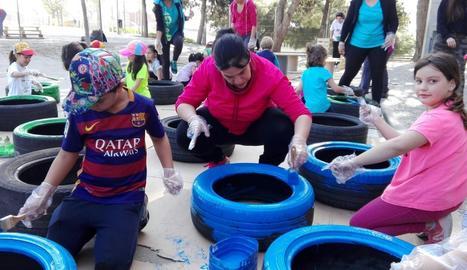 Famílies, alumnes i professors van treballar junts en el nou pati.