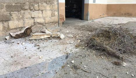 El campanar de l'església de Saidí després de la caiguda del niu.
