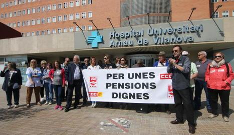 Concentració per exigir unes pensions dignes, ahir, davant de l'Hospital Arnau de Vilanova.