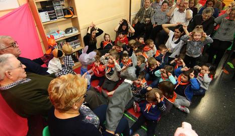 Un moment de la representació de 'La Rateta Presumida' a les instal·lacions de l'Associació de Familiars de Malalts d'Alzheimer de Lleida.
