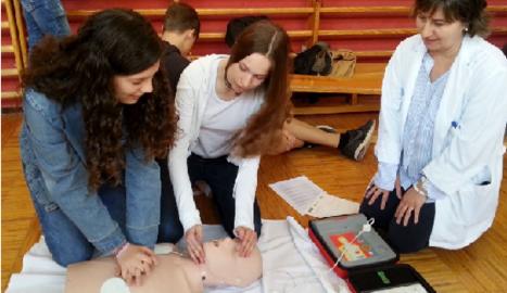 Els estudiants aprenen tècniques per saber actuar en cas de parada cardiorespiratòria.
