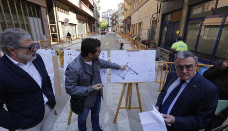 L'alcalde va visitar ahir les obres de reurbanització del barri de Noguerola.