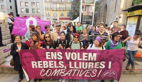 """L'associació Marea Lila va encapçalar la concentració de la plaça Sant Joan amb el lema """"Ens volem rebels, lliures i combatives""""."""