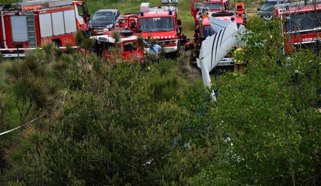 Imatge de la cua de l'ultralleuger accidentat en el qual viatjaven les dos víctimes.