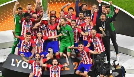 Els jugadors de l'Atlètic de Madrid celebren el títol conquerit ahir a Lió.