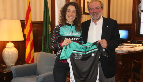 Ramona Gabriel va regalar ahir una samarreta al president de la Diputació, Joan Reñé.