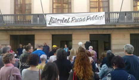 Concentració en suport als membres dels CDR citats pels Mossos (esquerra) i acte a les Borges pels Jordis (dreta).