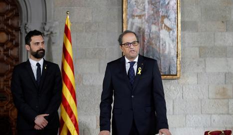 Quim Torra, acompanyat pel president del Parlament, Roger Torrent, pren possessió del seu càrrec com a president de la Generalitat en un acte celebrat avui al Saló Verge de Montserrat del Palau de la Generalitat