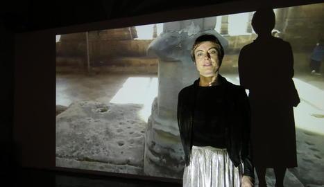 L'artista Maria Sánchez durant la inauguració de 'Claustre'.