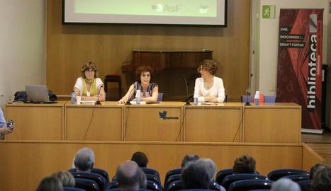 Un moment de la conferència d'Antonieta Jarne i Núria Carreras, amb la participació de Teresa Ibars.