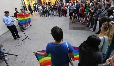 La plaça de la Paeria va acollir l'acte de commemoració del Dia Internacional contra l'LGTBIfòbia.